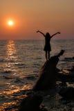 Contactant le soleil (elle) Photographie stock libre de droits
