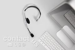 Contactconcept, hoogste meningsbureau met hoofdtelefoon, computer en conta Royalty-vrije Stock Foto's