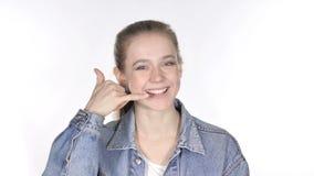 Contacte-nos, chame-me para gesticular pela jovem mulher ocasional, fundo branco video estoque