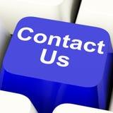 Contacte-nos chave de computador no azul para o serviço de informações ou o auxílio Fotografia de Stock