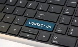 Contacte-nos palavra no close up do teclado do portátil Imagens de Stock