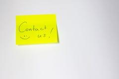 Contacte-nos post-it inspirador Fotografia de Stock Royalty Free