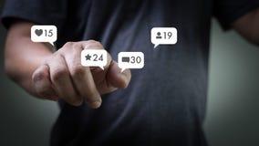 Contacte-nos rede social dos meios do telefone esperto do uso do homem dos meios dos sms Imagens de Stock