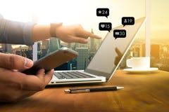 Contacte-nos rede social dos meios do telefone esperto do uso do homem dos meios dos sms fotos de stock royalty free