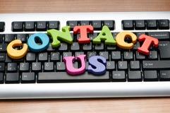 Contacteer ons concept met brieven Stock Foto's