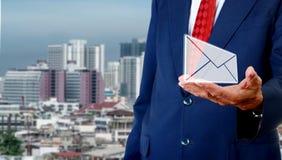 Contacteer ons concept, ter beschikking draagt de Hogere zakenman e-mail stock foto's