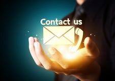 Contacteer ons symbool in zakenmanhand royalty-vrije illustratie
