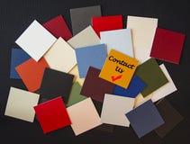 Contacteer ons - teken/brieven/woorden voor zaken, openbare dienst stock foto's