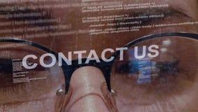 Contacteer ons tekst op achtergrond van vrouwelijke ontwikkelaar stock videobeelden