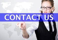 Contactez-nous écrit dans la barre de recherche sur l'écran virtuel Technologies d'Internet dans les affaires et la maison Femme  Images libres de droits