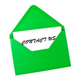 Contactez-nous carte dans l'enveloppe verte Photos libres de droits