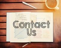 Contactez-nous : texte à l'intérieur de carnet sur la table avec du café Photographie stock