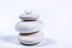 Contactlens op een stapel van witte stenen royalty-vrije stock afbeeldingen
