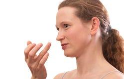 Contactlens op vinger van jonge vrouw royalty-vrije stock afbeelding