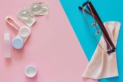 Contactlenzen, geval, glazen en toebehoren op roze en blauwe achtergrond Ooggezondheid en zorg, zicht en visie, oftalmologie royalty-vrije stock foto