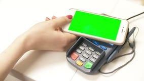 Contactless betalning: använda den smarta telefonen för lönräkning Radio som betalar med online-bankr?relsen och applikation p? t stock video
