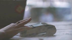 Contactless betalning för begreppsNFC Danandebetalning med kreditkorten och pos.-terminalen, utskrivaven kontroll lager videofilmer