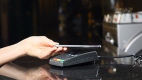 Contactless betalning med mobiltelefonen Modern teknologi, i att betala metod Betala med en telefonapparat på en kreditkort arkivfilmer