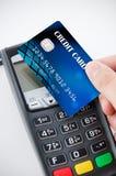 Contactless betalningkort med NFC-chipen Arkivbilder