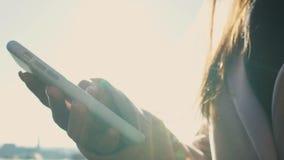 Contacto de búsqueda femenino en el teléfono celular, llamando al amigo que atrasado para encontrarse almacen de metraje de vídeo