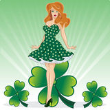 Contacto del día del St Patricks para arriba con el trébol Fotos de archivo