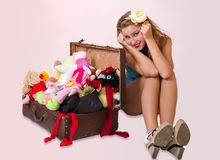 Contacto joven encima de la mujer que se sienta cerca de su maleta Imagen de archivo