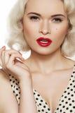 Contacto-para arriba atractivo, maquillaje retro. Modelo rubio de la manera Fotografía de archivo libre de regalías