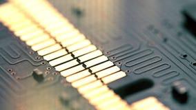 Contactos brillantes de la placa de circuito del ordenador, tiro macro almacen de video