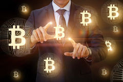 Contacts d'homme d'affaires du bitcoin dans le réseau photo stock