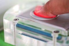 Contacts de doigt sur le scanner d'empreinte digitale photo stock
