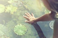 Contacts de femme avec le respect la source de vie qui est l'eau image libre de droits