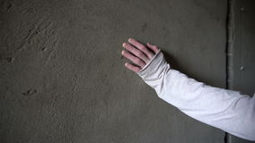 Contacts et glissières de main sur un mur en béton avec des fissures banque de vidéos