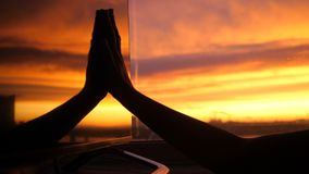 Contacts femelles de main dans la réflexion de la main de silhouette de fenêtre pendant le coucher du soleil étonnant image libre de droits