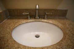 Contador branco do dissipador e do mármore no banheiro Foto de Stock Royalty Free