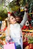 Contador cercano femenino con los regalos de Navidad Imagen de archivo libre de regalías