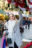 Contador cercano femenino con los regalos de Navidad Imagenes de archivo
