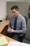 Contador Check Cell Phone no escritório Fotos de Stock