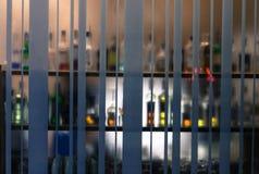 Contador clássico da barra com as garrafas borradas fotografia de stock