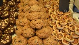 Contador com uma variedade de cookies imagens de stock