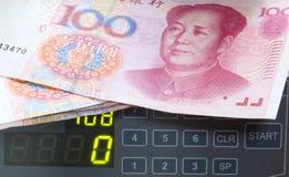 Contador con cientos yuan. Imágenes de archivo libres de regalías