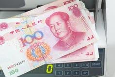 Contador con cientos yuans. Fotografía de archivo libre de regalías