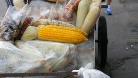 Contador con el maíz joven recientemente hervido del cual viene el vapor Contador con variedad de comida tailandesa Alimento asiá metrajes