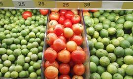 Contador con la fruta en supermercado Imagen de archivo libre de regalías