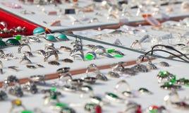 Contador con la joyería de plata Foto de archivo libre de regalías