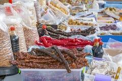 Contador con los diversos dulces y nueces sabrosos en el bazar fotografía de archivo