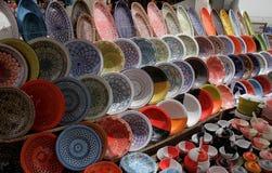 Contador con mercancías de cerámica Foto de archivo