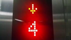Contador da indicação digital para um elevador moderno com luzes vermelhas vídeos de arquivo
