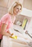 Contador de cocina de la limpieza de la mujer Imagenes de archivo