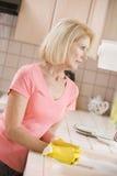 Contador de cocina de la limpieza de la mujer Fotos de archivo libres de regalías