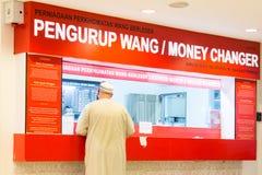 Contador de divisas en Malasia Imágenes de archivo libres de regalías